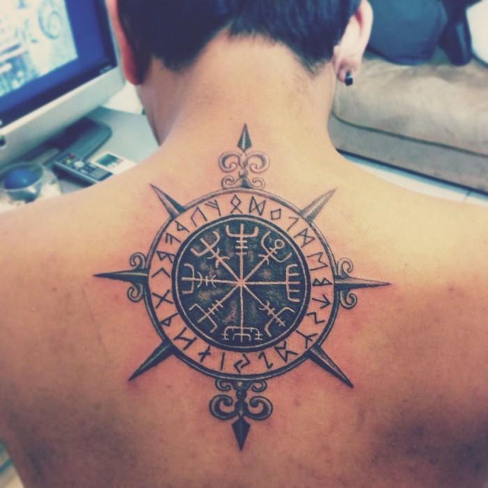 wikinger kompass tattoo nordische symbole odal rune germanische tattoos nordische tattoos mann ruücken schwarz