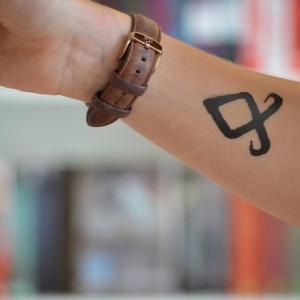 wikinger runen tattoo runen tattoo verboten odal runen o runen nordische symbole wikinger tattoo nazis frau vorarm