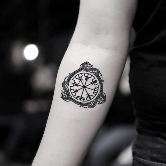 wikinger tattoo nordische runen germanische tattoos runen symbole helm von awe und ouroboros schnecke arm innenseite