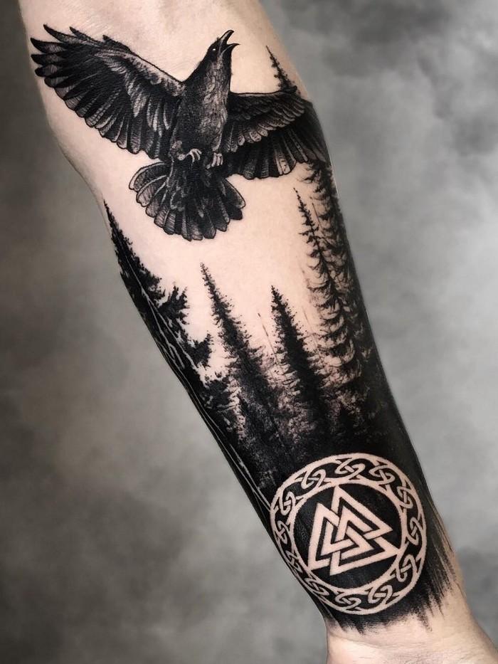 wikinger tattoo runen bedeutung runen tattoo verboten lebensrune odal rune zwillingsraben valknut wald schwarz hand