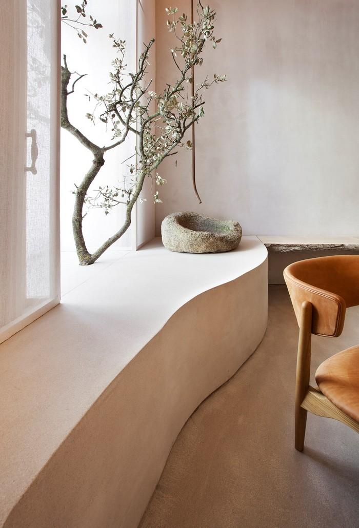 wohnzimmer japanischer stil wabi sabi wabi sabi interior japanische inneneinrichtung japanisches wohnzimmer minimalistisch weiße wände regal mit pflanzen deko