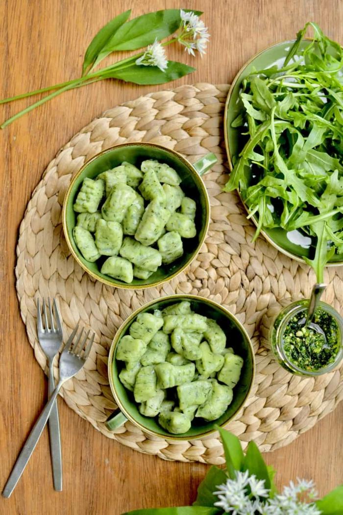 zwei gabeln grüne bärlauch blätter bärlauch erkennen rezepte mit bärlauch