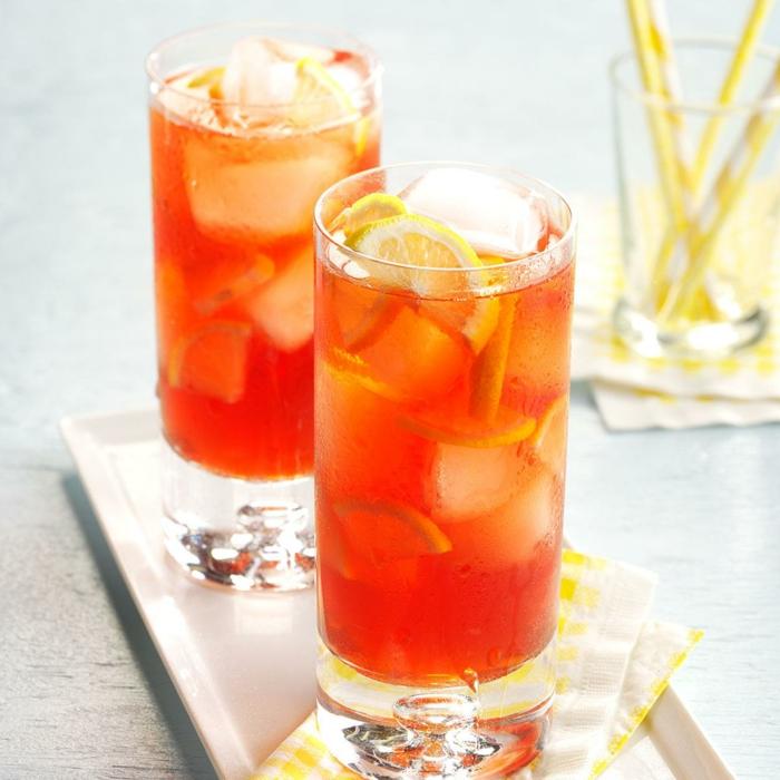 zwei gläser mit einem roten eistee und zitrone und eiswürfeln eistee selber machen rezept