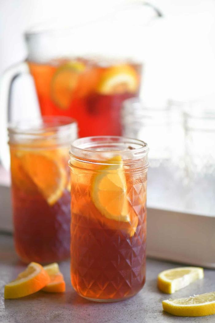 zwei gläser mit orangem getränk pfirsich eistee selber machen ohne zucker