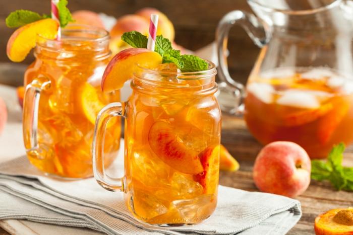 zwei gläser mit pfirsich pfirsich eistee selber machen ohne zuckerfrische pfefferminze