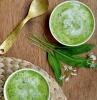 zwei schüssel mit einer grünen suppe bärlauchsuppe rezept frische blätter ein löffel