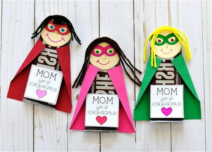 basteln für muttertag geschenk für mama basteln mit kindern basteln zum muttertag drei papierfiguren in rosa rot und grün basteln