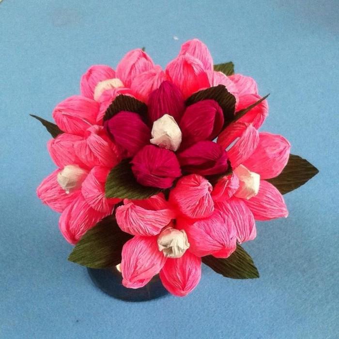 basteln zum muttertag blumen aus papier basteln schöne muttertaggeschenke blumenstrauß aus rosa tulpen mit pralinen krepppapier