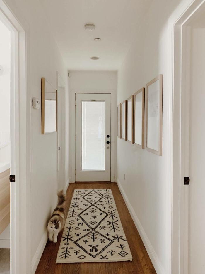 beiger teppich dekoriert mit verschiedenen figuren weißer flur ideen für den eingangsbereich minimalistische blder an die wand 2021 interior design