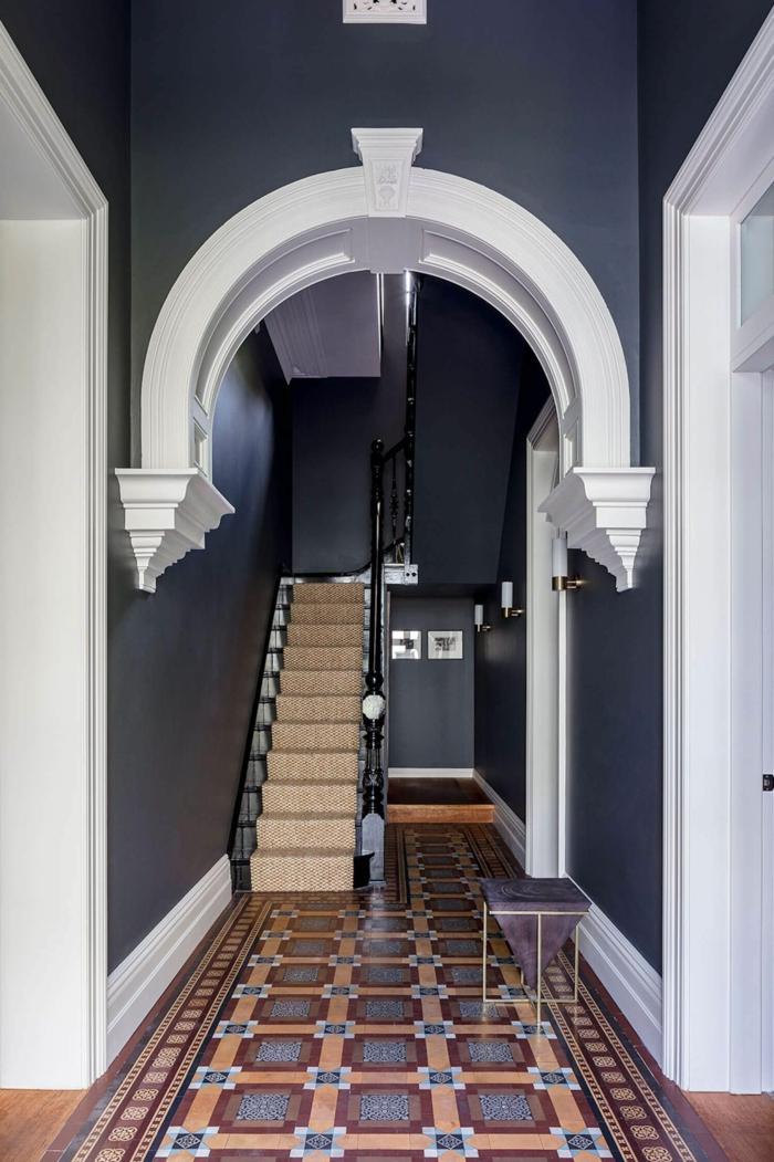 blauschwarze wandfarbe schmalen flur inneneinrichtung farben treppenhaus beispiel mosaik fliesen inspiration inneneinruchtung 2021