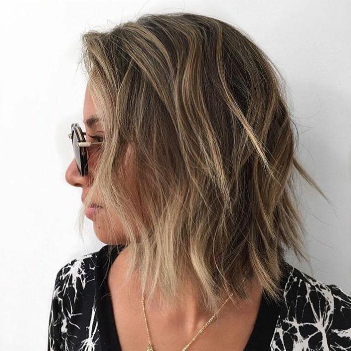 braune haare mit blonden strähnen kurzhaarschnitte ideen gewellt frisuren 2021 bob inspo haarinspo schwarzes kleid mit weißen motiven