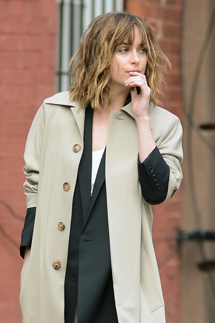 casual street style inspiration eleganter trench coat raffinierte bob frisuren kurzhaarfrisuren inspiration