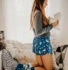 coole geburtstagsgeschenke blaue socken boxershorts mit schafen junge dame mit langen braunen haaren damenbekleidung