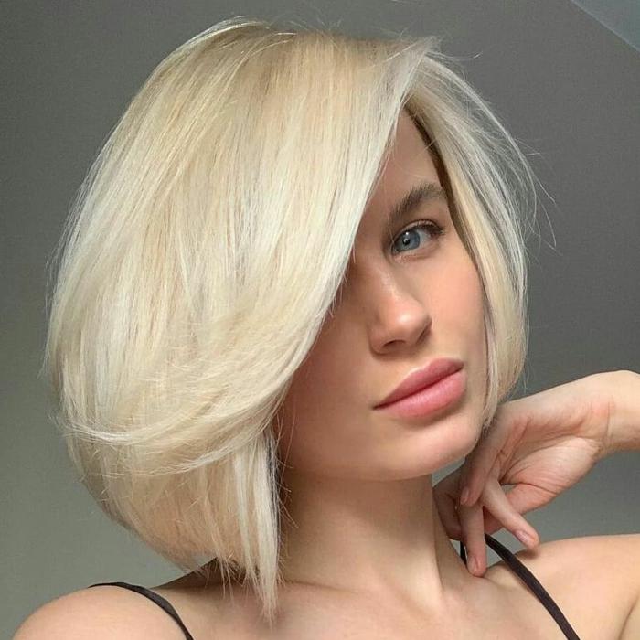 dame mit kurzen blonden haaren schwarzes top kurzhaarfrisuren inspiration frisuren 2021 bob