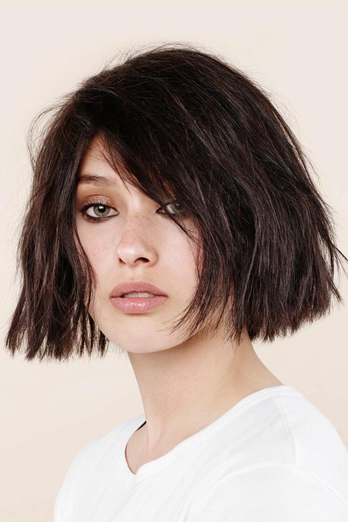 dunkel braune kurze haare choppy bob dünnes haar inspiration kurzhaarfrisuren 2021 dame im weißen t shirt