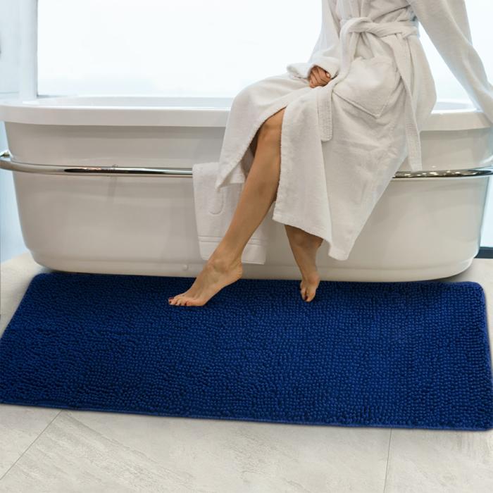 eine frau blauer badezimmerteppich auswahl