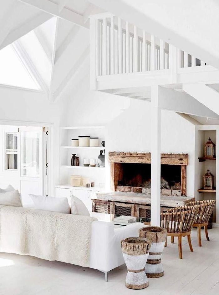 einrichtung in weiß zimmer mit hoher decke wohnzimmergestaltung in maritimem stil alte holzdecke weiß streichen ohne abschleifen