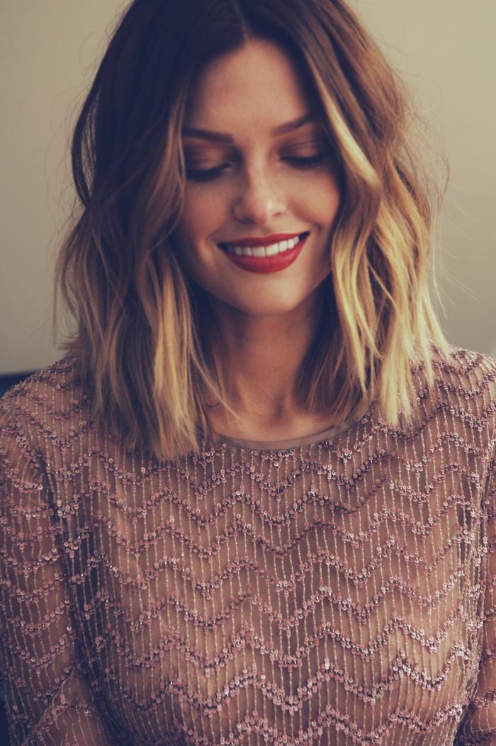 elegante braune bluse mit pailetten choppy bob feines haar braune haar mit blonden strähnen gewellt