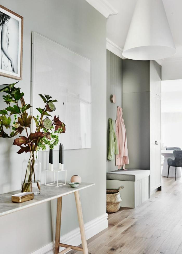 elegante inneneinrichtung flur ideen für den eingangsbereich vase mit schönen blumen blasse grüne wand bilder und fotos an die wand