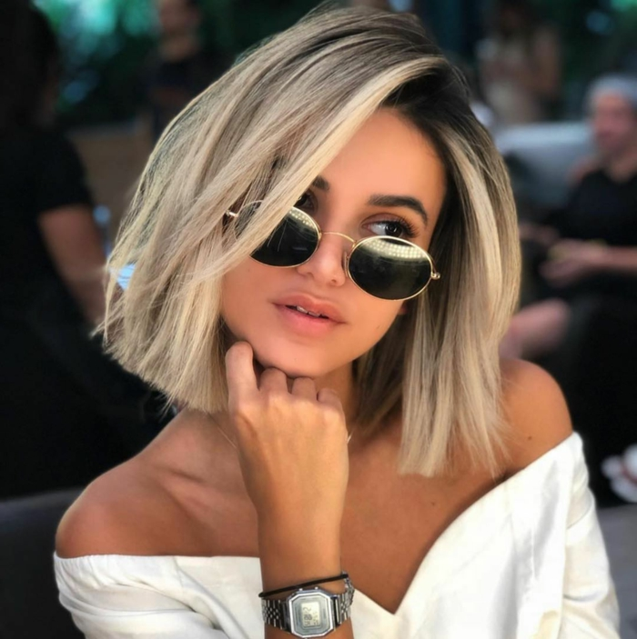 elegante junge dame kurzhaarfrisuren blond choopy cut haarschnitt inspiration schwarze sonnenbrillen