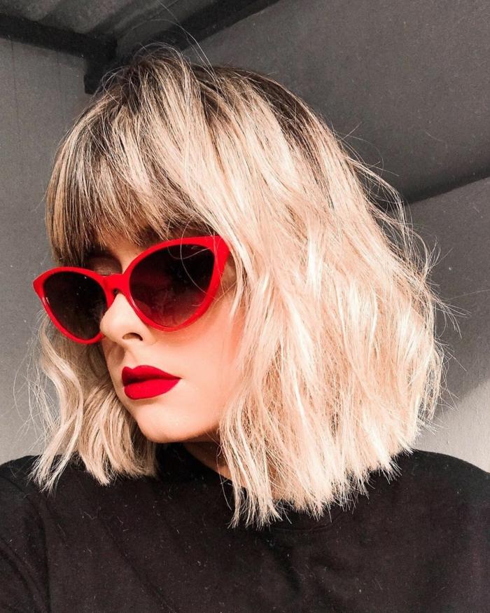 elegante rote sonnenbrillen choppy bob dünnes haar mit pony schwarze bluse kurzhaarfrisuren bob 2021 inspiration