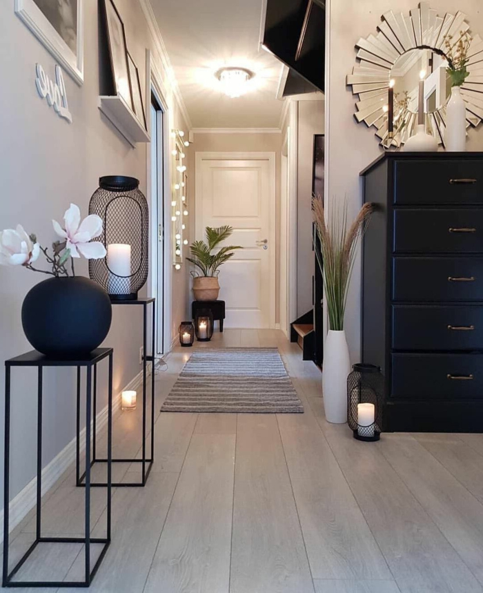 eleganten eingangsbereich gestalten moderne tische aus metall kleine lichter großer schwarzer schrank luxuriöse inneneinrichtung