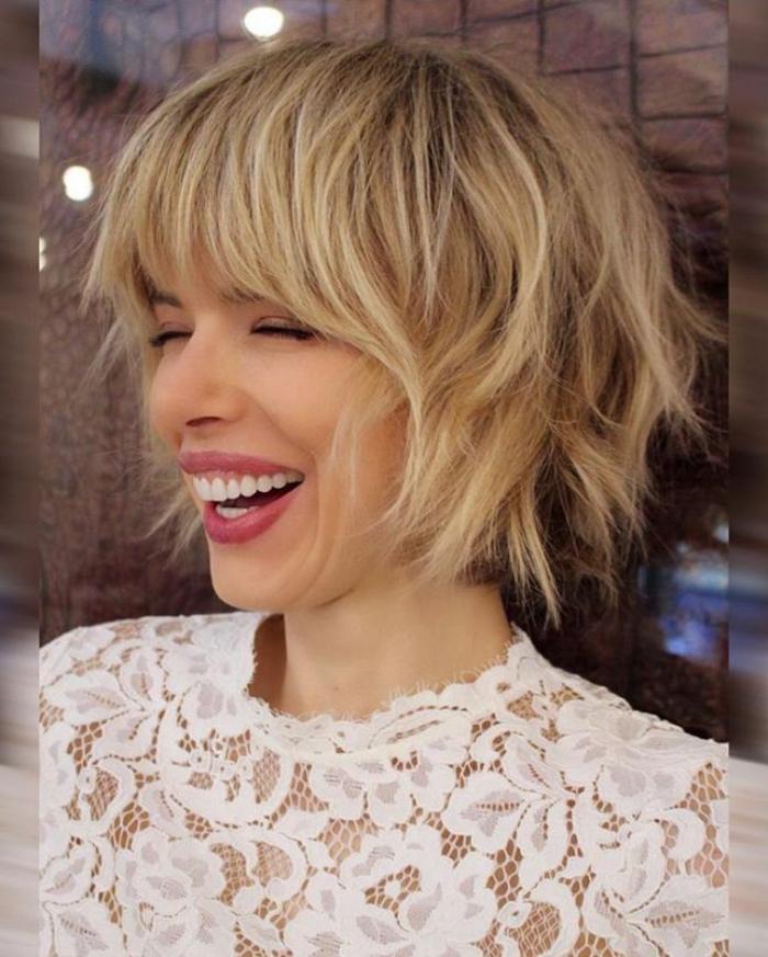 elegantes weißes kleid mit spitze frisuren bob 2021 mit pony lachende junge frau kurze blonde haare