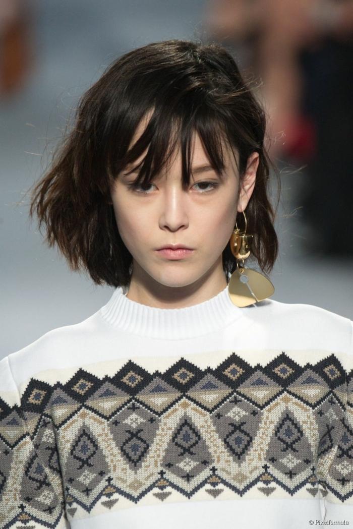 fashion show haarfrisuren schwarz kurz mit pony raffinierte bob frisuren weißes kleid mit schwarzen ornamenten haarschnitte kurz