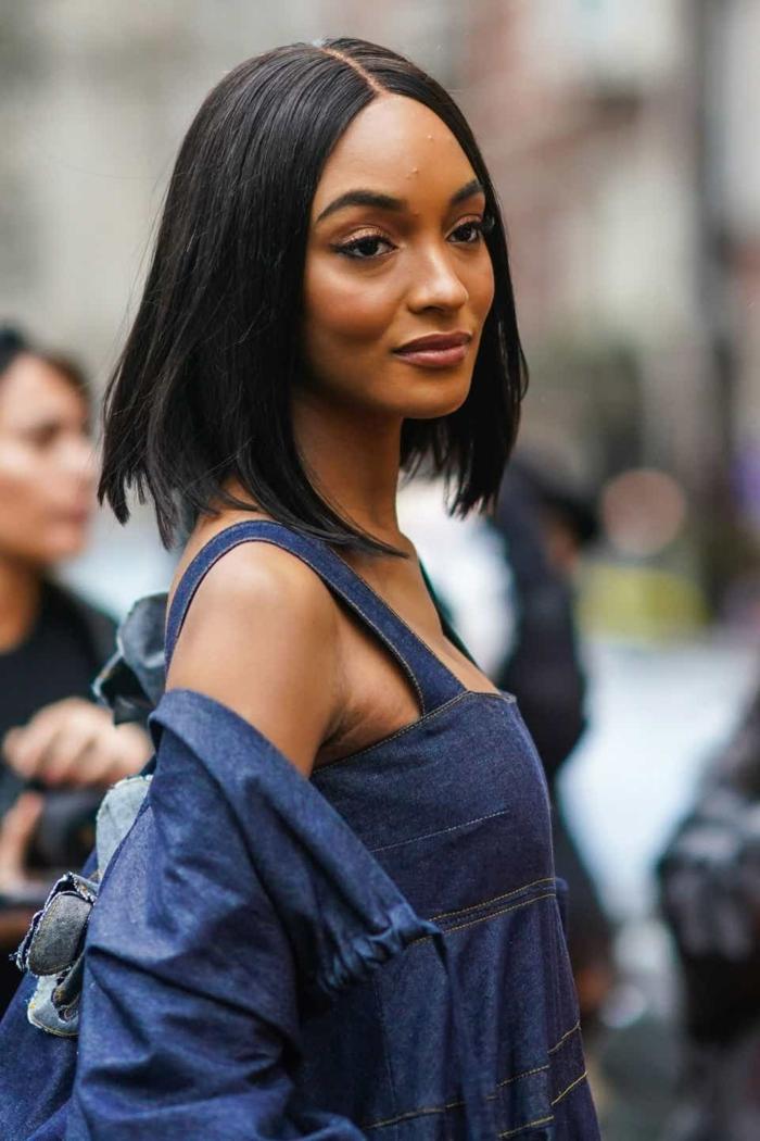 fashion week street style jourdan dunn denim kleid kurze schwarze haare frisuren 2021 frauen bob ideee und inspo