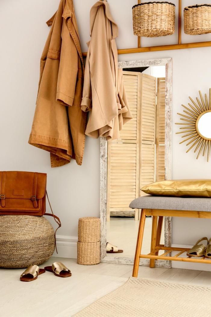 flur gestalten modern und stylish neutrale farbkombinationen kleine holzbank großes spiegel aufgehängte mäntel inneneinrichtung eingangsbereiche ideen