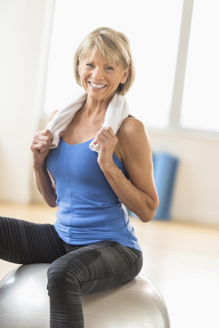 geburtstagsgeschenke zun 60 geburtstag yoga treibende frau kurze graue haare sportsoutfit handtuch geschenk 60 geburtstag frau