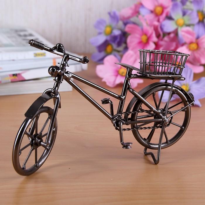 geschenk geburtstag 60 geschenke für frauen ab 60 deko fahrrad mit korb aus metall auf schreibtisch blumen