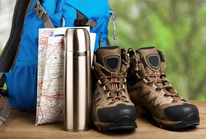 geschenk geburtstag mann ausgefallene geschenke für männer ab 60 geschenke zum 60 geburtstag vater hiking schuhe braun thermoflasche silber rucksack mappe