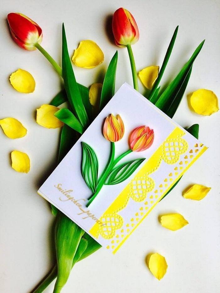 geschenke für mama selber machen muttertag basteln basteln für muttertag mit papier basteln zum muttertag grußkarte mit gelben tulpen und blumenstrauß aus echten tulpen