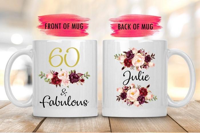 geschenke zum 60 60 geburtstag frau originelle geschenke zum 60 geburtstag mutter kaffeetasse mit botschaft 60 and fabulous name weiße tasse mit blumen