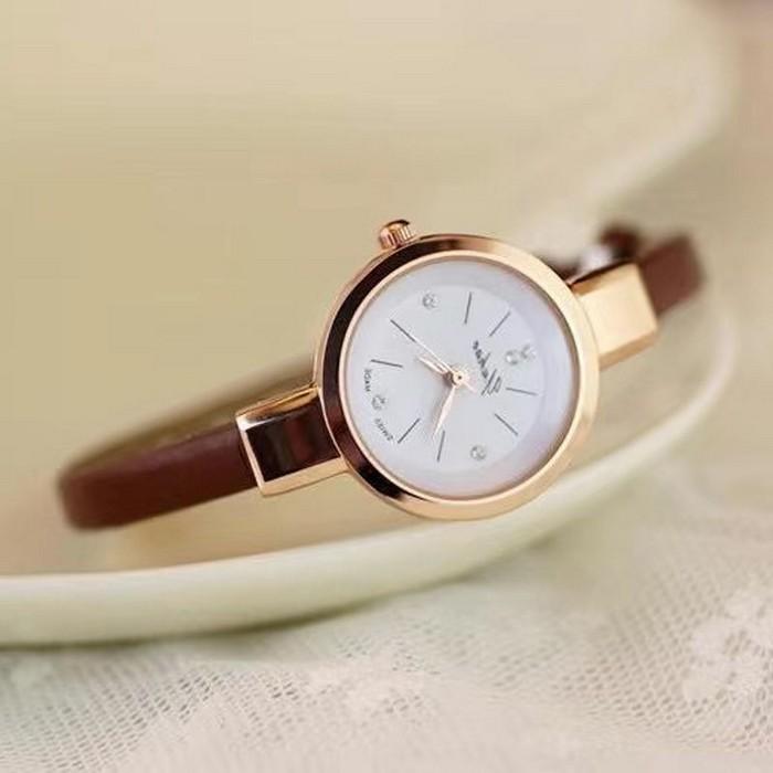 geschenke zum 60 geburtstag frau geschenke für frauen ab 60 60 geburtstag frau armbanduhr aus gold mit weißem zifferblatt elegante armbanduhr