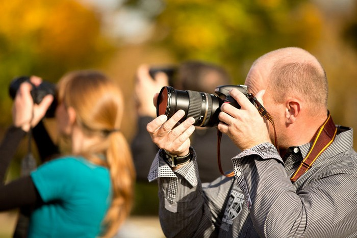 geschenke zum 60 geburtstag vater ausgefallene geschenke für männer ab 60 goldgeschenk geburtstag mann kurs in fotografie buchen frau und mann mit kameras fotografieren