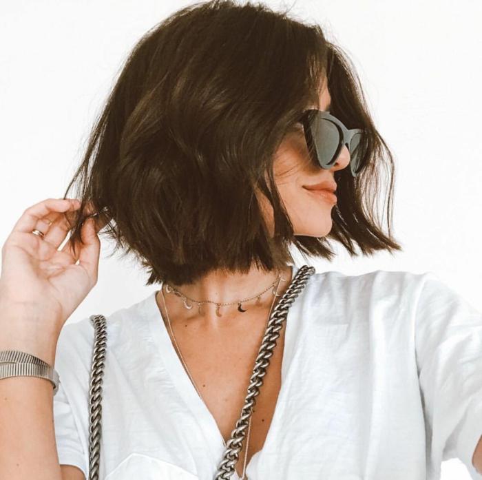 haarinspiration kurze braune haare gewellt schwarze sonnenbrillen trendfrisuren bob 2021 choppy haarschnitt ideen