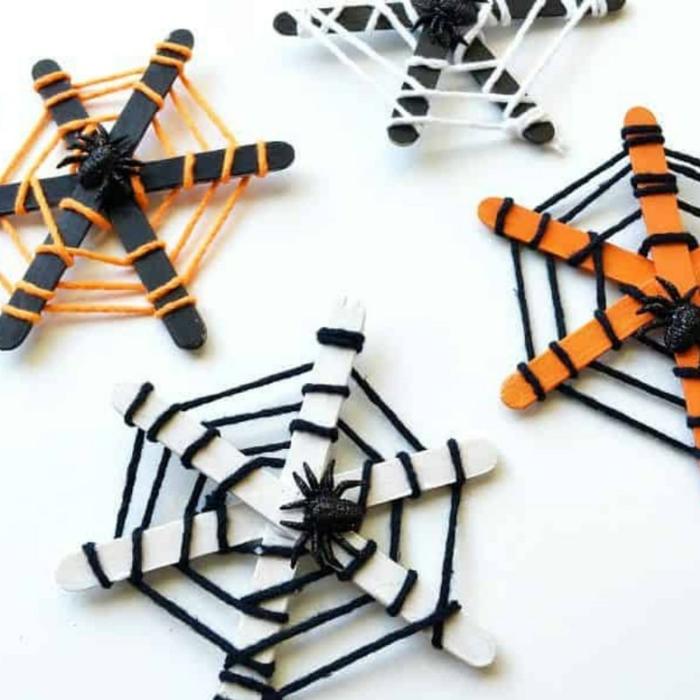 halloween dekoration selber machen diy deko inspiration spinnennetz basteln mit eisstäbchen in orange und weiß deko ideen und inspiration