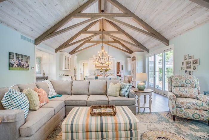holz weiß lasieren decke mit holzbalken wohnzimmergestaltung wohnzimmer dekorieren ecksofa sitzbereich