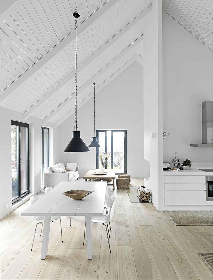 holz weiß lasieren hohe decke einrichtungsideen einrichtung in weiß hängelampen tisch essbereich schaffen alte holzdecke weiß streichen ohne abschleifen