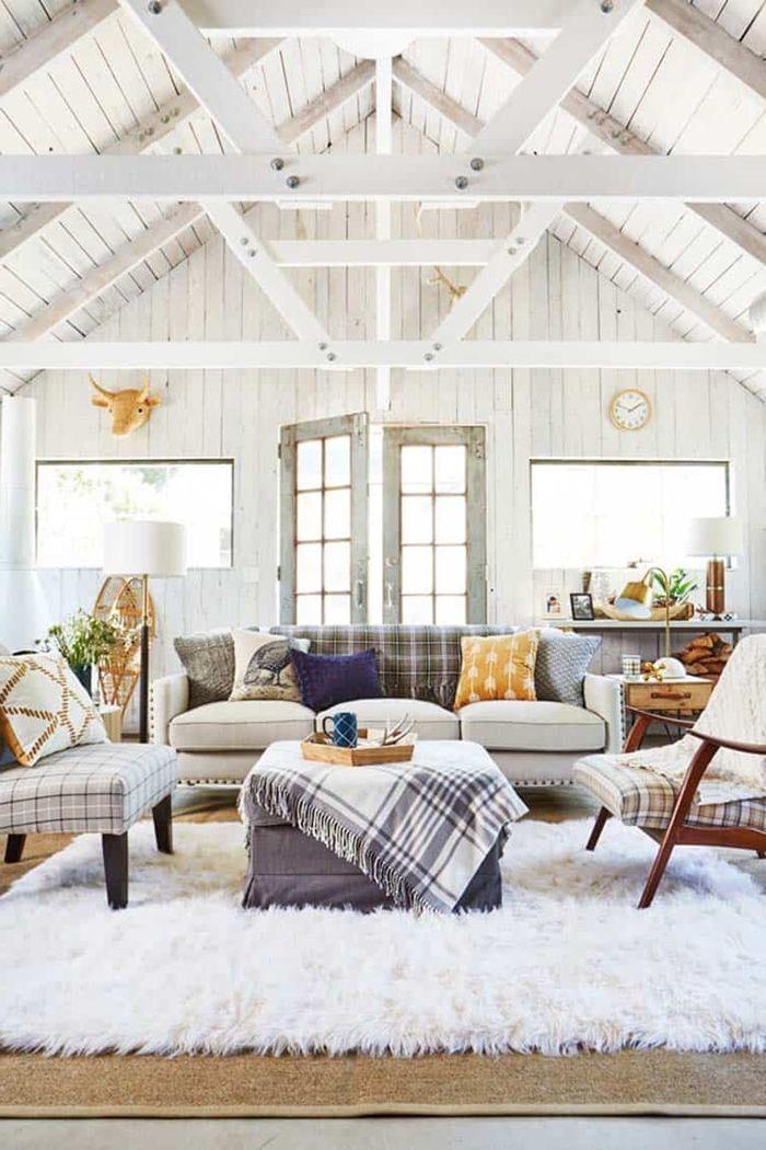 holz weiß lasieren hohe decke wohnzimmer gestalten sitzbereich schaffen flauschiger teppich