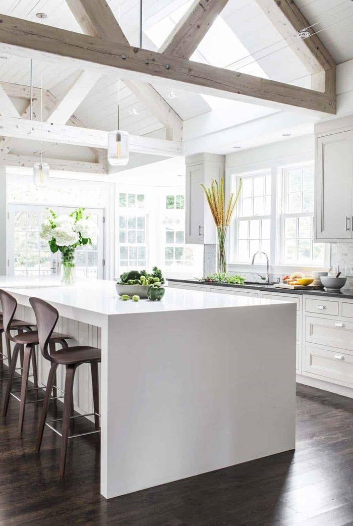holz weiß lasieren küche einrichten und dekorieren decke mit holzbalken küchengestaltung alte holzdecke weiß streichen ohne abschleifen mit kücheninsel