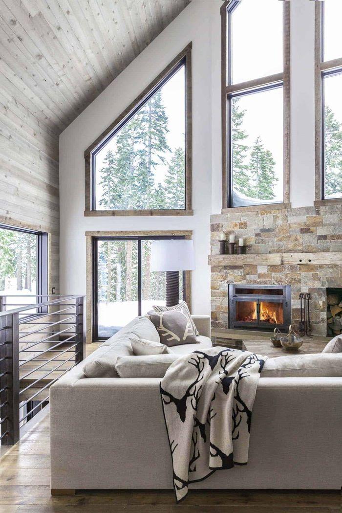 holzdecke streichen wohnzimmer dekorieren hohe decke große fenster zimmerdeko in hellgrau und weiß
