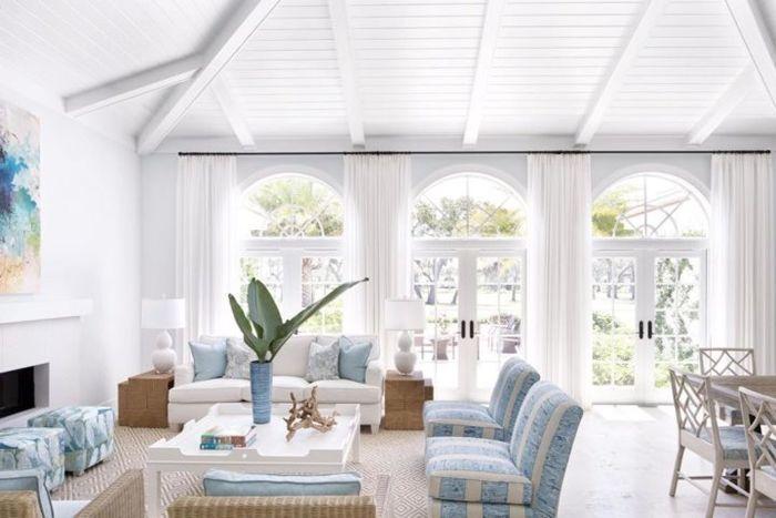 holzdecke streichen wohnzimmer gestalten einrichtung in martitimem stil moderne villa wohnzimmergestaltung in weiß und hellblau
