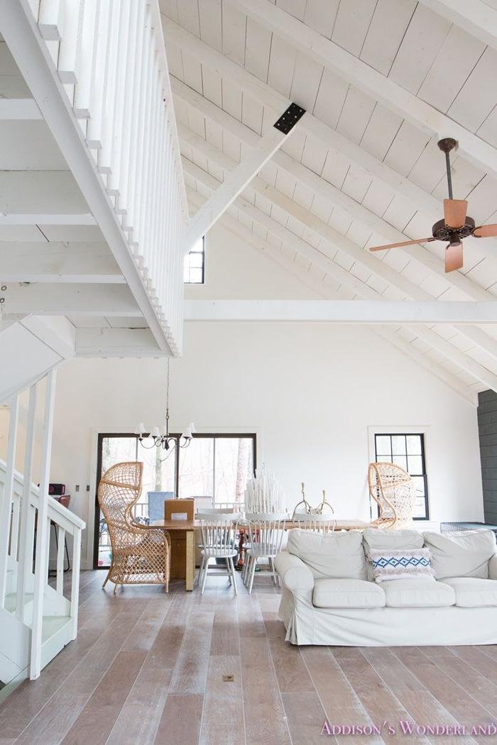 holzdecke streichen wohnzimmer gestalten weiße dielen holzdielen färben hohe decke wohnzimmerdeko
