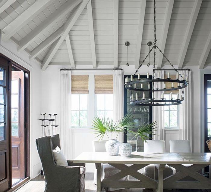 holzdecke weiß hohe decke esszimmer gestalten esszimmerdeko langer esstisch holzdielen streichen