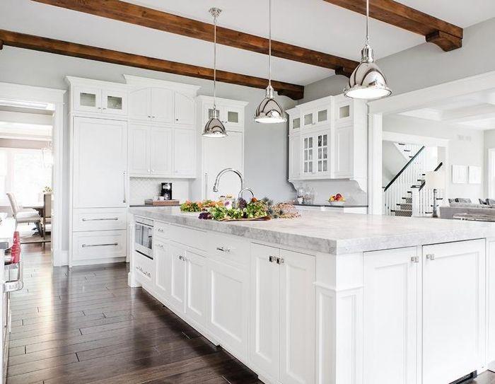 holzdecke weiß küche mit kücheninsel große insel küchengestaltung in hellen farben kpchendeko ideen