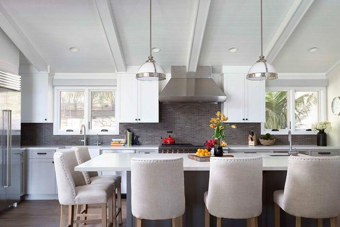 holzdecke weiß steichen küche einrichten einrichtungsideen küchengestaltung in hellen farben