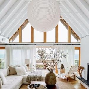 Holzdecke weiß streichen: Tipps für perfekte Ergebnisse